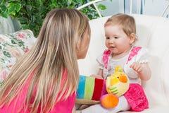 Madre felice con la figlia del bambino Fotografie Stock