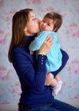 Madre felice con la figlia neonata Immagini Stock Libere da Diritti