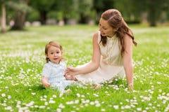 Madre felice con la neonata al parco di estate Fotografia Stock Libera da Diritti