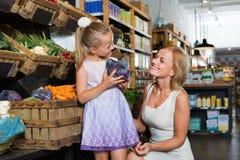 Madre felice con le verdure varie di compera della figlia Fotografie Stock