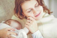Madre felice con un bambino in coperta Fotografia Stock Libera da Diritti