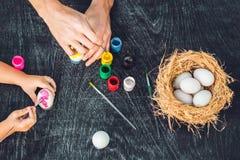 Madre felice di pasqua A, padre ed il loro figlio dipingenti le uova di Pasqua Famiglia felice che prepara per Pasqua Immagini Stock Libere da Diritti