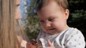 Madre felice e bambino all'aperto che camminano nel giorno di estate archivi video