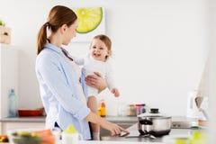 Madre felice e bambino che cucinano a casa cucina Immagini Stock Libere da Diritti
