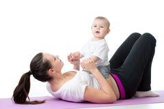 Madre felice e bambino che fanno gli esercizi sani di forma fisica Fotografia Stock Libera da Diritti