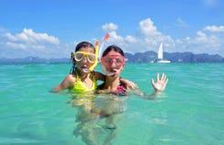 Madre felice e bambino che si immergono nel mare tropicale fotografia stock