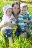 Madre felice e due bambini all'aperto Immagine Stock