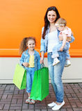 Madre felice e due bambini con i sacchetti della spesa Fotografia Stock