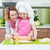 Madre felice e figlia che producono le torte Fotografia Stock Libera da Diritti