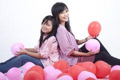 Madre felice e figlia che propongono con gli aerostati Immagini Stock Libere da Diritti