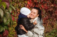 Madre felice e figlia che si abbracciano Immagini Stock Libere da Diritti