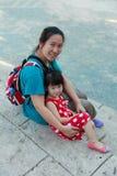 Madre felice e figlia che sorridono e che si rilassano all'aperto, viaggio Fotografia Stock Libera da Diritti