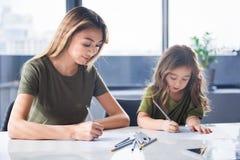 Madre felice e figlia creative che creano le immagini immagini stock libere da diritti