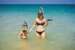 Madre felice e figlio che si immergono sulla spiaggia fotografie stock