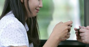 Madre felice e figlio della famiglia che giocano insieme gioco sul telefono cellulare mobile archivi video