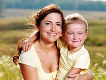 Madre felice e piccola figlia sulla natura Fotografia Stock Libera da Diritti