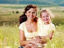 Madre felice e piccola figlia sulla natura Immagine Stock Libera da Diritti