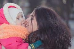 Madre felice sorridente e piccola figlia Gente felice all'aperto Immagini Stock Libere da Diritti