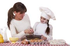 Madre feliz con cocinar alegre de la pequeña hija Fotografía de archivo