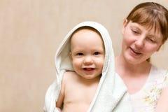 Madre feliz con el bebé después del baño Imagen de archivo libre de regalías