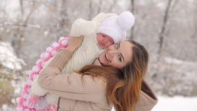 Madre feliz con el bebé en invierno metrajes