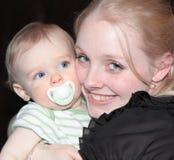 Madre feliz con el bebé Fotografía de archivo libre de regalías