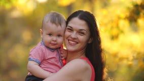 Madre feliz con el beb? en la naturaleza almacen de metraje de vídeo