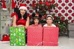 Madre feliz con el hijo y la hija Foto de archivo libre de regalías
