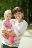 Madre feliz con el niño adorable imagen de archivo