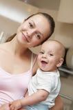 Madre feliz con el niño del bebé Imágenes de archivo libres de regalías