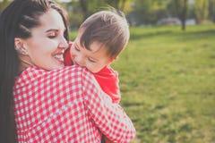 Madre feliz con el niño en el parque Imágenes de archivo libres de regalías