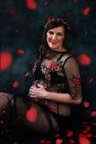 Madre feliz con el vientre del bebé Foto de archivo libre de regalías