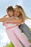 Madre feliz con la hija Foto de archivo libre de regalías