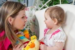 Madre feliz con la hija del bebé Imagenes de archivo