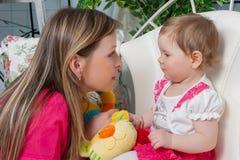 Madre feliz con la hija del bebé Foto de archivo libre de regalías