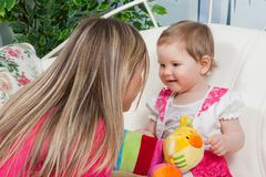 Madre feliz con la hija del bebé Foto de archivo
