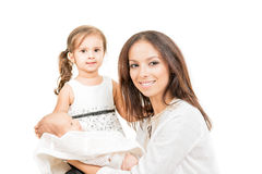Madre feliz con la hija y el bebé recién nacido aislados Foto de archivo libre de regalías