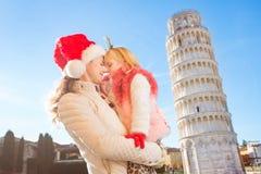Madre feliz con la Navidad del gasto de la hija en Pisa, Italia Imágenes de archivo libres de regalías