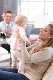 Madre feliz con la pequeña hija Fotos de archivo libres de regalías