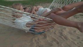 Madre feliz con las hijas que oscilan en el vídeo común video de la cantidad de la cantidad de la acción de la cámara lenta de la almacen de metraje de vídeo