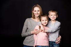 Madre feliz con los niños Fotos de archivo