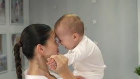 Madre feliz con su bebé almacen de video