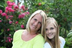 Madre feliz con su hija adolescente Foto de archivo libre de regalías