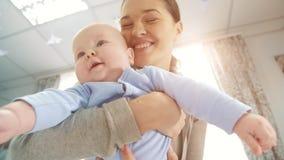 Madre feliz con un bebé almacen de metraje de vídeo