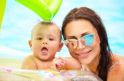 Madre feliz con un bebé fotos de archivo