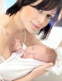 Madre feliz con un bebé Fotos de archivo libres de regalías