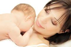 Madre feliz con un bebé Imágenes de archivo libres de regalías
