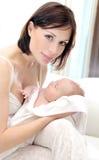 Madre feliz con un bebé Fotografía de archivo libre de regalías