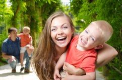 Madre feliz con un niño Foto de archivo