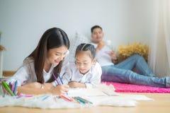 Madre feliz de la familia, padre, hija del niño fotografía de archivo libre de regalías